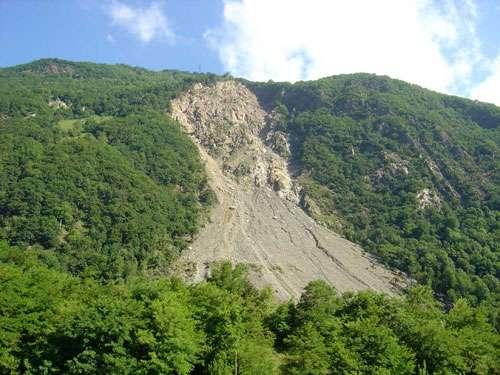 Les ruines de Séchilienne surplombent la vallée de la Romanche (département de l'Isère). Un pan de montagne (massif de Belledonne) menace de s'écrouler. À titre préventif, la route a du être déplacée et des habitants évacués. © J.-M. Bardintzeff
