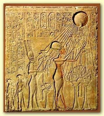 Cette célèbre tablette représente notamment le pharaon Akhenaton en adoration devant Aton, le disque solaire dont partent des rayons terminés symboliquement par des mains. © DR