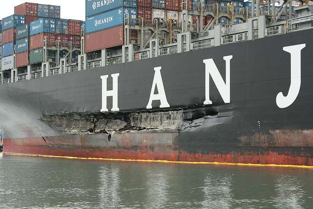 Le Cosco Busan, à Oakland, dans la baie de San Francisco, après avoir heurté un des piliers du Bay Bridge. © Scary Cow, Flickr, cc by nc nd 2.0