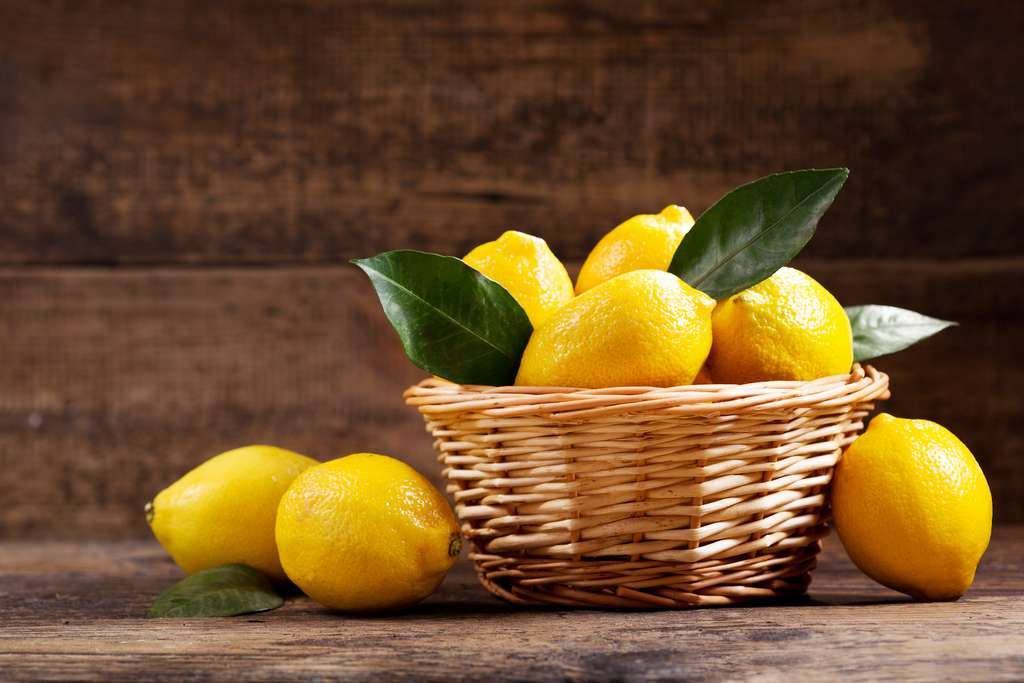 Le citron, un fruit pour faire le plein de vitamines C en hiver. © Nitr, Adobe Stock