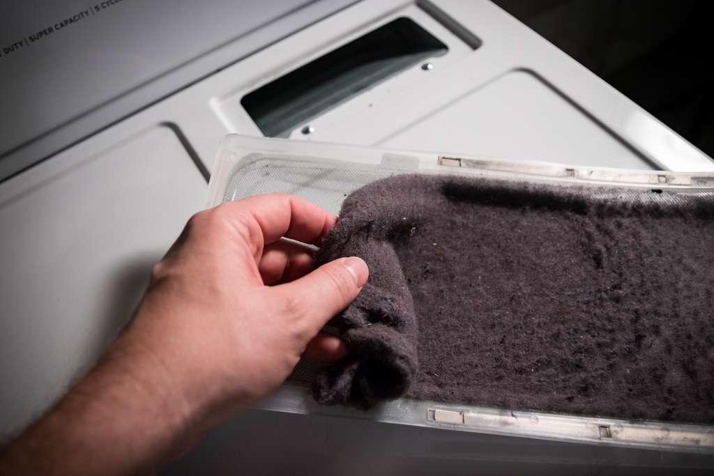 Nettoyer les filtres de votre sèche-linge vous aidera grandement à prévenir les pannes. © Benjamin Clapp, Adobe Stock