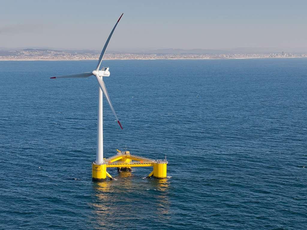 De type semi-submersible, voici une éolienne flottante appelée WindFloat fonctionnant à capacité nominale (2 MW) à environ 5 km au large d'Agucadoura, au Portugal. © Untrakdrover, Wikimedia Commons, CC by-sa 3.0