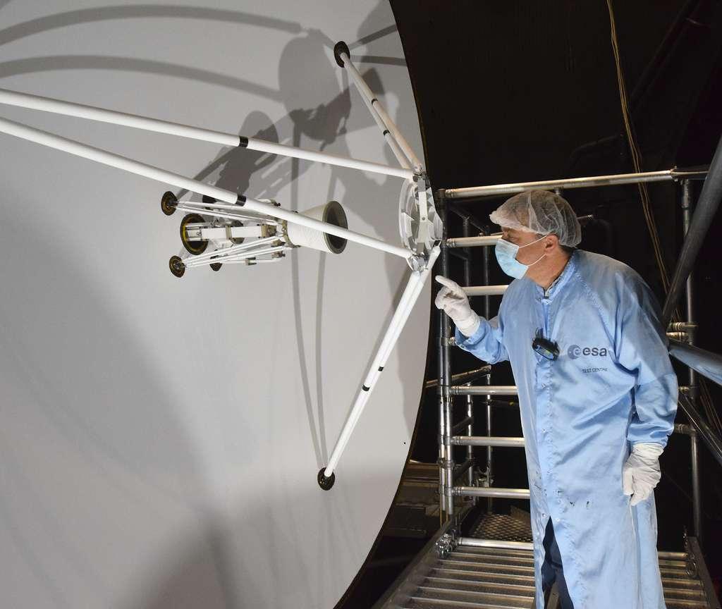 Gros plan sur l'antenne grand gain de la sonde Juice. Cette antenne sera utilisée pour communiquer avec la Terre mais aussi comme bouclier lors du survol de Vénus, pour éviter que la sonde soit exposée aux fortes températures. © ESA