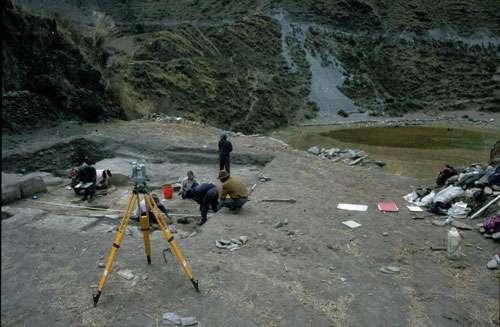Fouille archéologique d'un ancien habitat à quelque 100 m du petit lac de Marcacocha et de son pâturage riverain visibles à droite. © Alex Chepstow-Lusty UMR CNRS 5059 Tous droits réservés