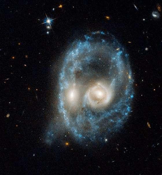 Ce visage menaçant est formé par deux galaxies — AM 2026-424 — qui sont entrées en collision à des centaines de millions d'années-lumière de nous. © NASA, ESA, J. Dalcanton, B.F. Williams, and M. Durbin (University of Washington)