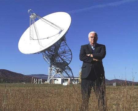 Frank Drake devant un radiotélescope (ce n'est pas celui d'Arecibo). Drake est surtout célèbre pour sa fameuse formule permettant d'évaluer le nombre de civilisations E.T. pouvant communiquer avec nous dans la Voie lactée. © Seti.org