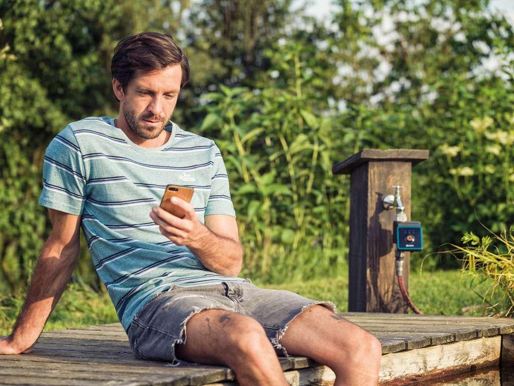 Gérer l'arrosage du jardin à l'aide d'un smartphone où que l'on soit, une solution simple et efficace via l'application Smart App qui tient compte de la météo, de l'humidité et de la température de la terre. © Gardena