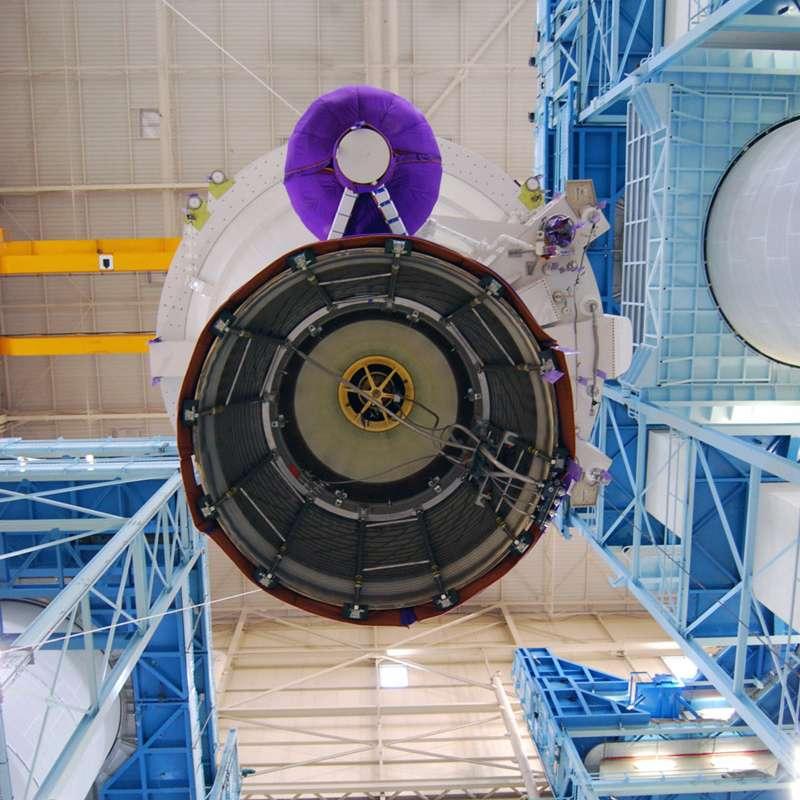 Un étage principal cryotechnique et son moteur Vulcain 2 du lanceur Ariane 5, exceptionnellement vus de dessous, en cours d'intégration dans l'usine d'Astrium aux Mureaux, dans les Yvelines. © Rémy Decourt