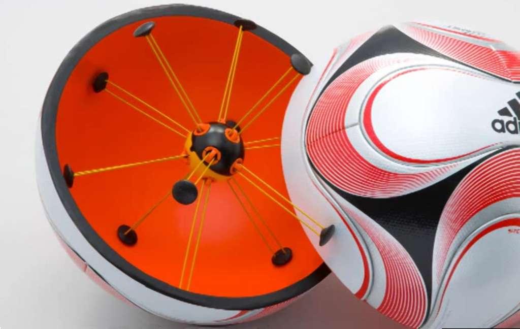 Le ballon Adidas du système Cairos. Installé au centre, le dispositif électronique détecte un champ magnétique au passage de la ligne de but et émet un signal. © Cairos AG, YouTube