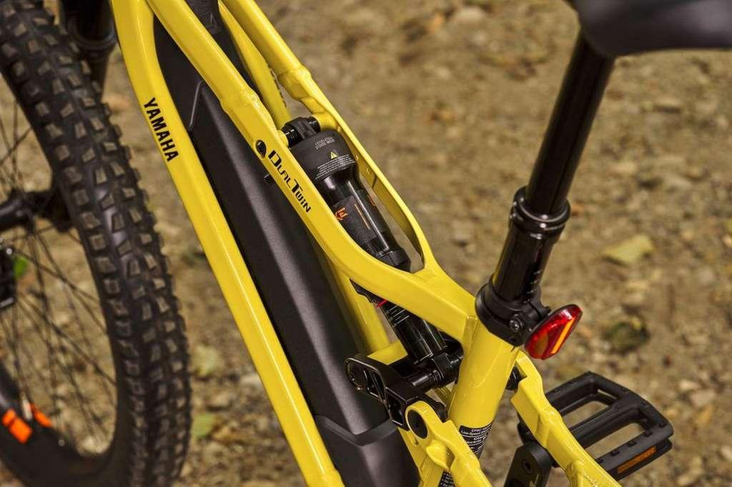 Le tube supérieur en deux parties du Yamaha YDX-MORO accueille l'amortisseur arrière. © Yamaha