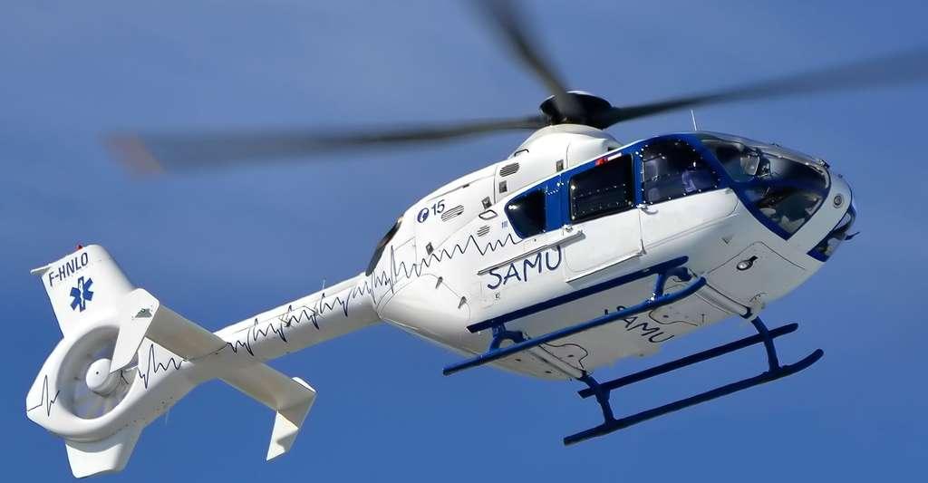 Lors d'un choc anaphylactique, la tension artérielle chute brutalement. Il faut alors appeler les secours. Ici, un hélicoptère du Samu. © Alexandre Prévo, CC by-sa 2.0