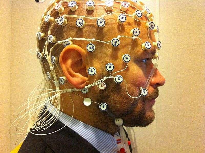 L'électroencéphalographie consiste à poser des électrodes sur des endroits précis afin d'étudier les variations dans l'activité électrique du cerveau. © Petter Kallioinen, Wikipédia, CC by-sa 3.0