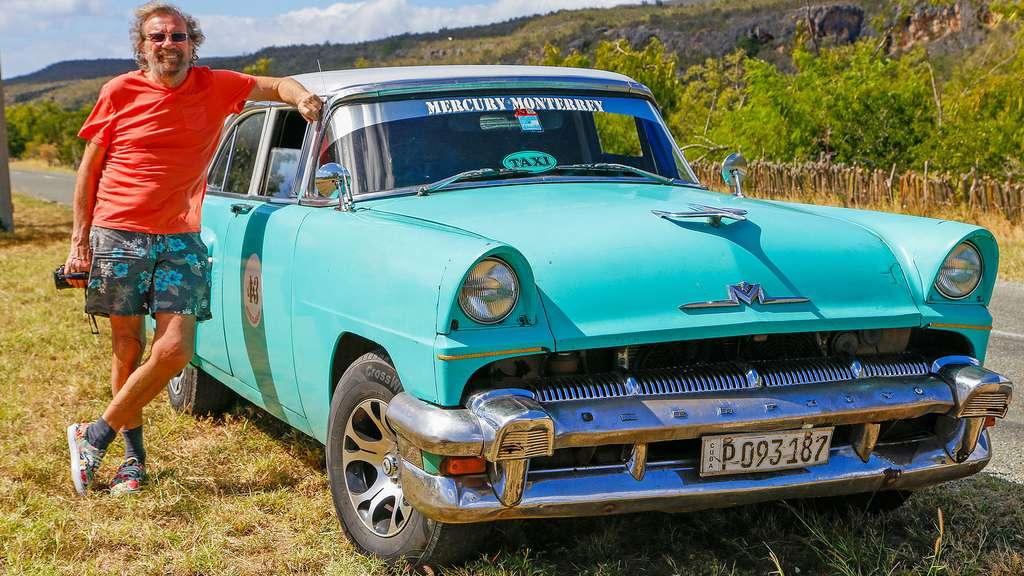 Antoine devant la Monterey, version 1958. Les Cubains utilisent encore d'anciennes voitures américaines soigneusement entretenues. © Antoine, DR