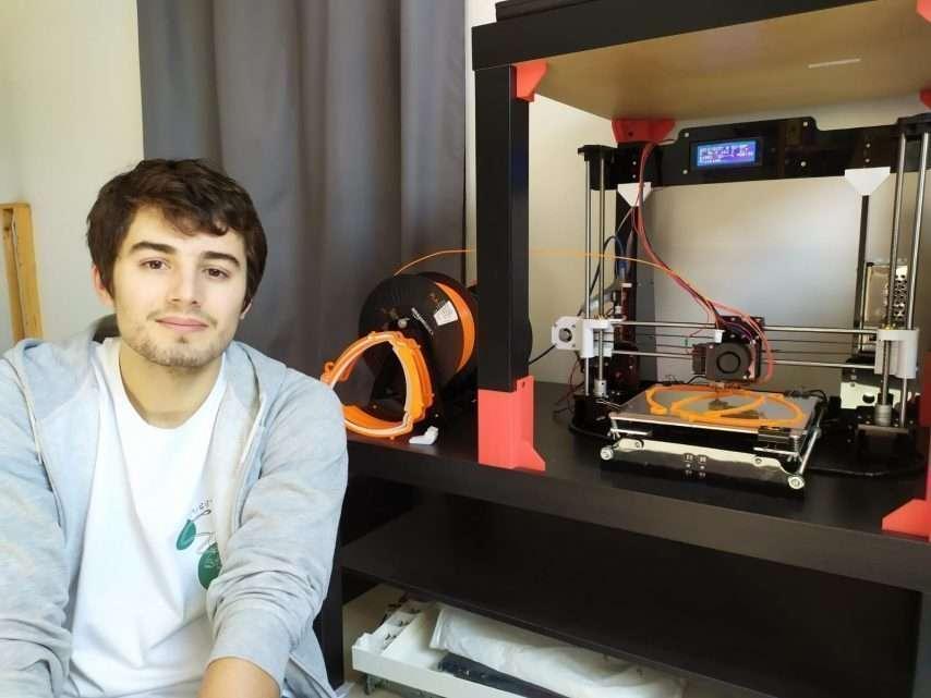 Alexi Vandevoorde a fabriqué 900 visières grâce à une imprimante 3D. © EPITA