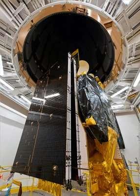 Le satellite Measat-3 au cours d'un essai d'installation dans la coiffe d'Ariane 5. © Measat