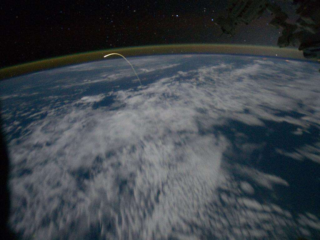 Depuis la Station spatiale internationale, l'équipage de l'Expédition 28 a suivi la rentrée dans l'atmosphère de la navette Atlantis. On voit ici la traînée lumineuse, générée par l'élévation de température provoquée par le frottement de l'air. © Nasa