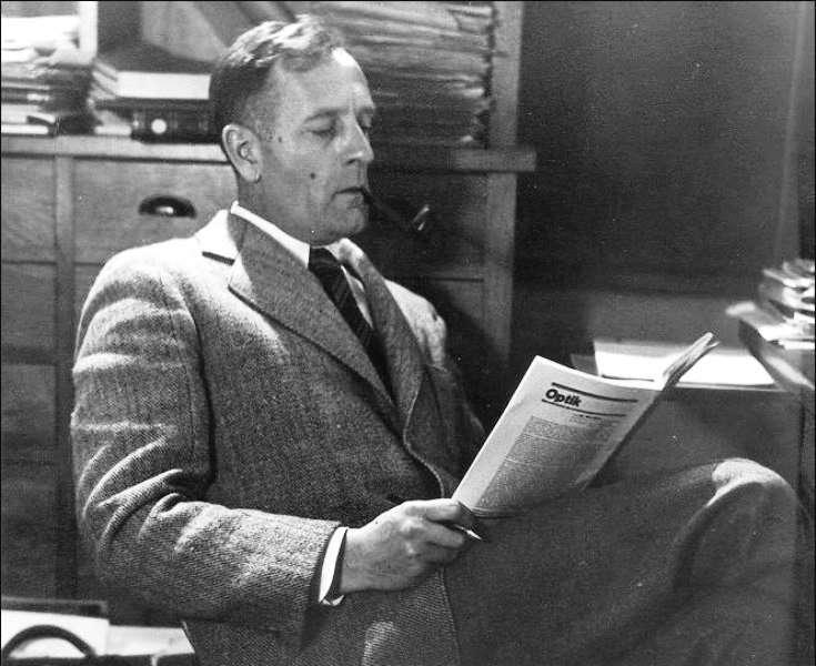 Edwin Hubble en train de lire dans son bureau. © California Institute of Technology