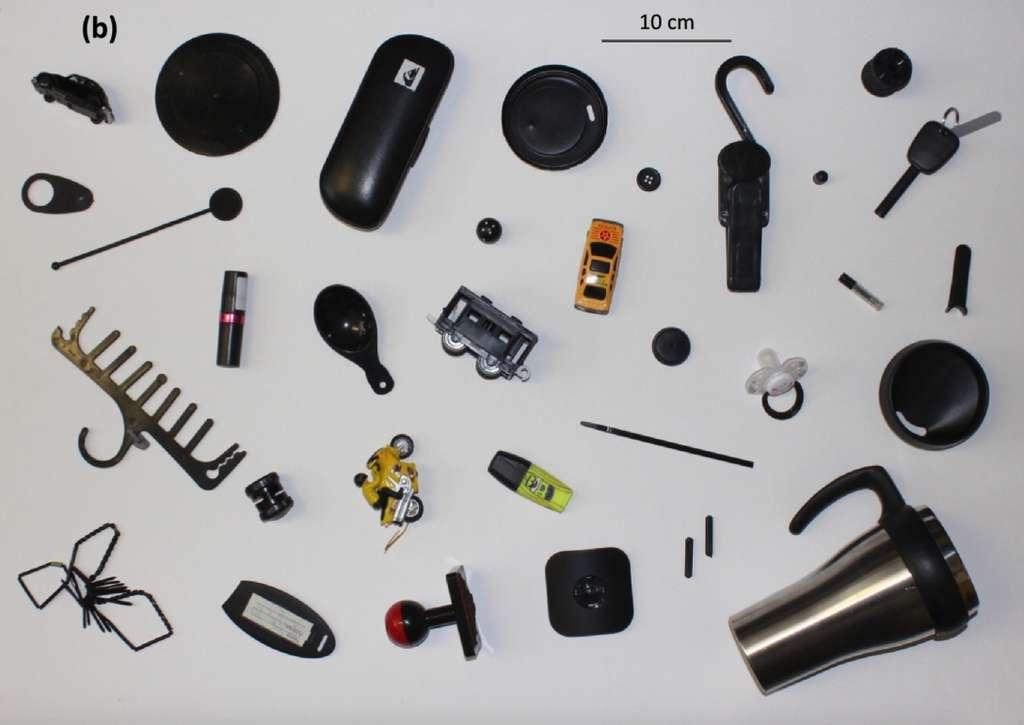 Le plastique noir utilisé dans les objets courants est lui-même issu d'autres plastiques recyclés et déjà contaminés. © Andrew Turner, Environment International