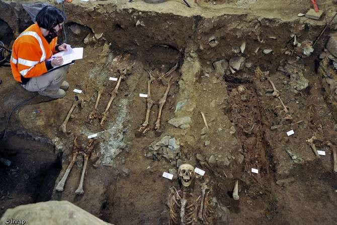 Enregistrement des sépultures découvertes dans la salle capitulaire du couvent des jacobins de Rennes (Ille-et-Vilaine). © Hervé Paitier, Inrap