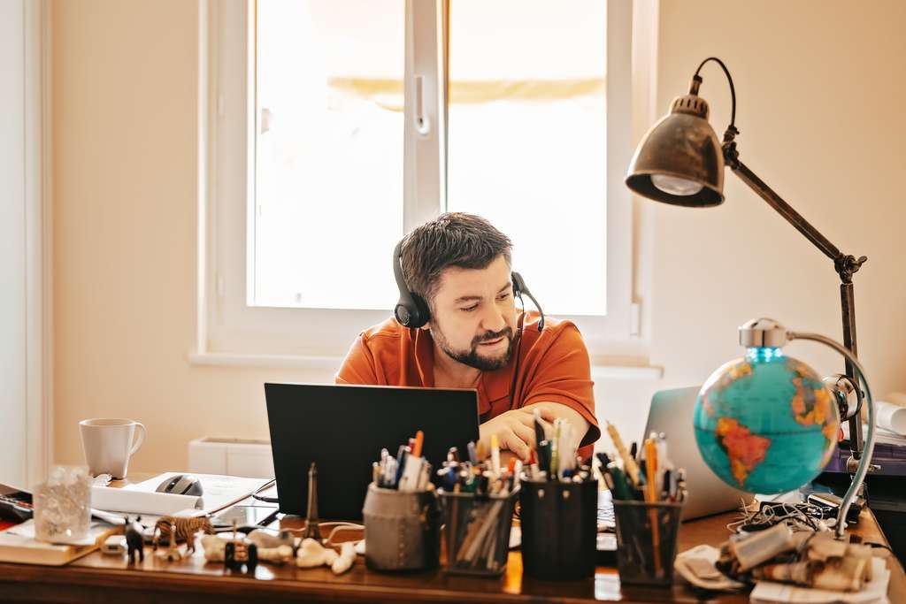 Pour réussir ses réunions à distance pendant le confinement, un casque audio relié au téléphone suffit pour pouvoir continuer à travailler avec ses collaborateurs. © Tetiana Soares, Adobe Stock