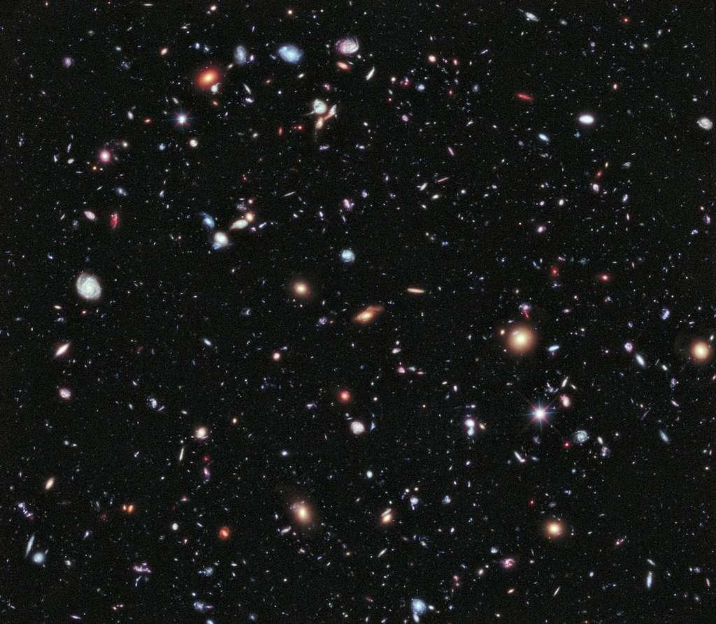 La même région que la première, cette fois sans l'ultraviolet. Image composite publiée en 2012 du champ extrême ultra profond d'Hubble compilant toutes les données collectées au cours des 10 années précédentes en direction de la constellation du Fourneau. © Nasa, Esa, G. Illingworth, D. Magee, P. Oesch, Santa Cruz, R. Bouwens et l'équipe HUDF09