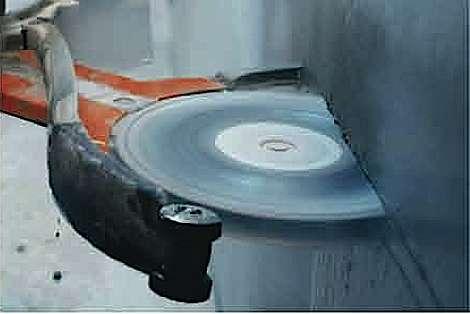 Le sciage horizontal des murs fait appel à de puissantes machines de chantier à disque diamanté. Montées sur rail ou sur bras articulé, celles-ci se commandent à distance. © husqvarna.com