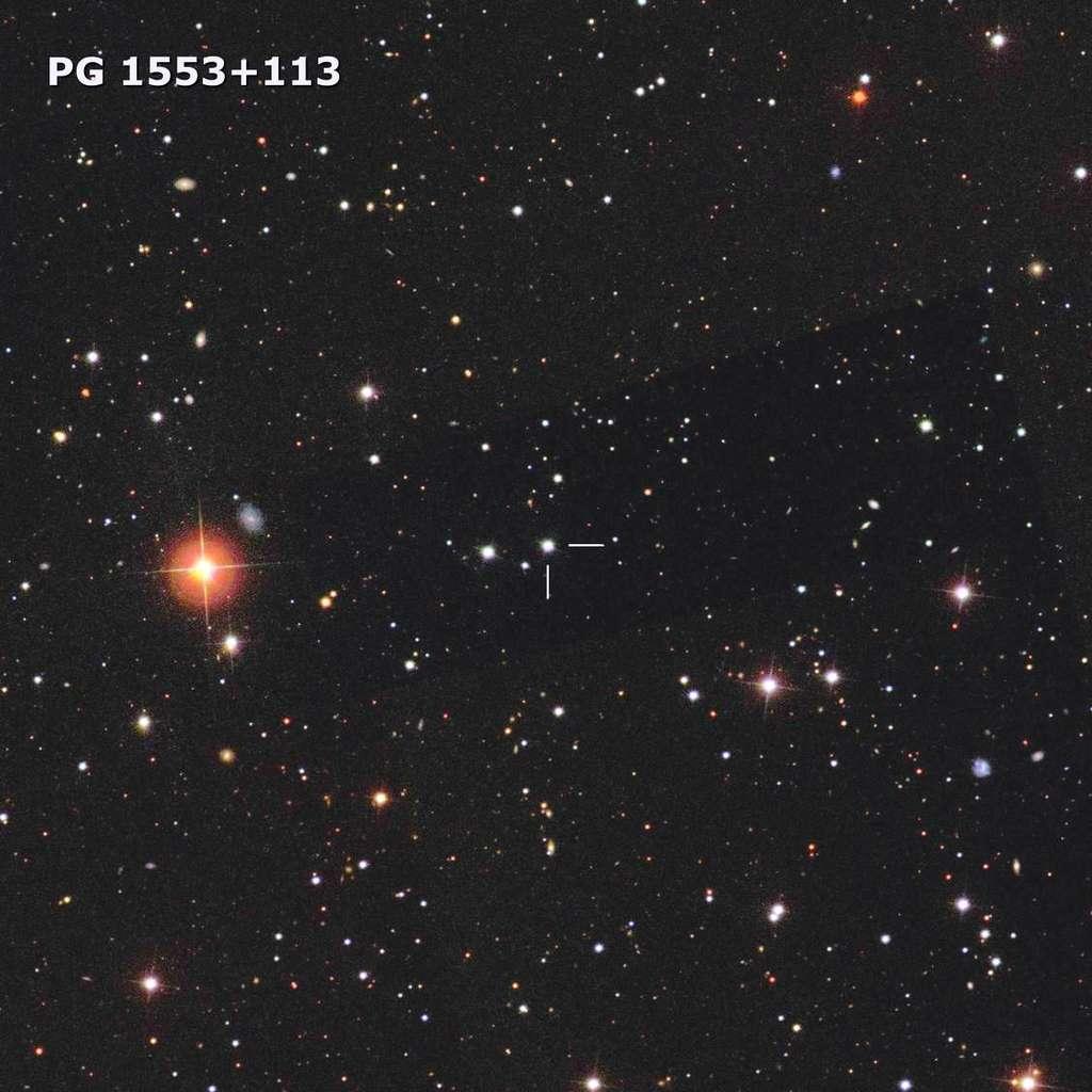 Le blazar PG 1553+113, repéré au centre de cette image par deux lignes blanches. © SDSS