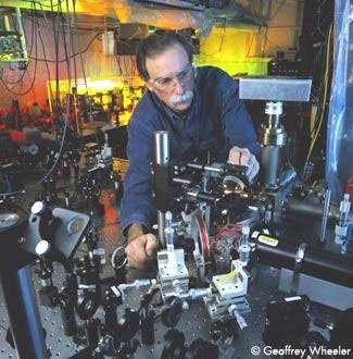 Le physicien David Wineland du NIST ajustant un faisceau laser UV qui sera utilisé pour manipuler des ions piégés dans une chambre à vide. Ce dispositif est utilisé pour démontrer les fonctions de base d'un ordinateur quantique. © NIST - Tous droits de reproduction interdit