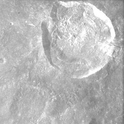 Une photo du cratère Glushko prise par AMIE (crédit : ESA/Space-X, Space Exploration Institute)