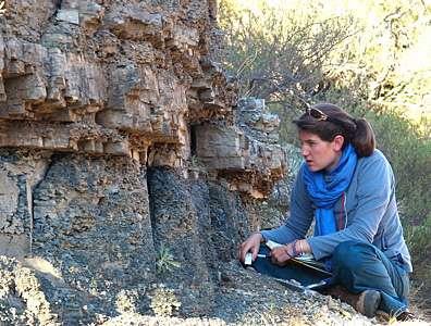 """La géologue Sophie Newbury devant la couche dénomée """"la zone morte"""". © Robert Gastaldo, Colby College"""