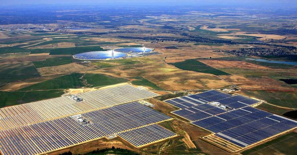 Vue aérienne de panneaux solaires. © Abengoa Solar, Wikimedia commons, CC by 1.0