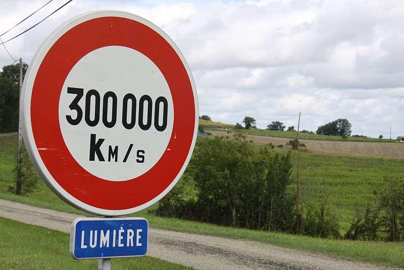 Les neutrinos semblent respecter la limitation de vitesse universelle. (L'image est celle d'un panneau accueillant les visiteurs à la Ferme des étoiles, dans le Gers.) © Jean-Claude Pignoux