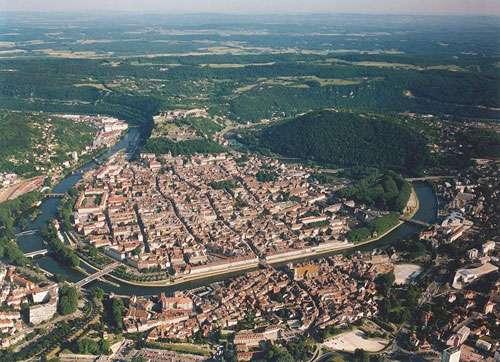 La boucle du Doubs : on peut y voir les fortifications de la citadelle de Vauban. © Arnaud 25, licence Creative Commons Paternité – Partage des conditions initiales à l'identique 3.0 Unported