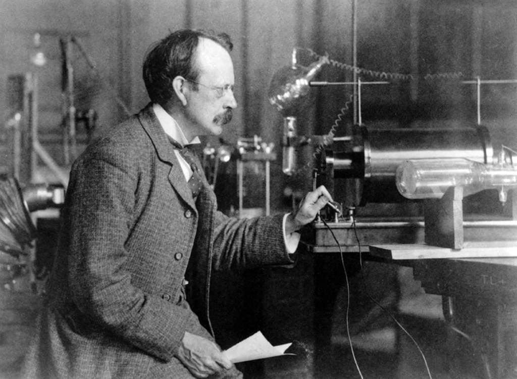 Voilà plus d'un siècle, Joseph John Thomson (1856-1940) découvrait l'électron et mesurait sa masse. Bien avant Robert Brout, François Englert et Peter Higgs, les théoriciens de l'époque comme Lorentz et Poincaré avaient déjà entrepris de calculer la masse de l'électron. On a depuis tenter d'expliquer sa charge. © Cavendish Laboratory, université de CambridgeLaboratory