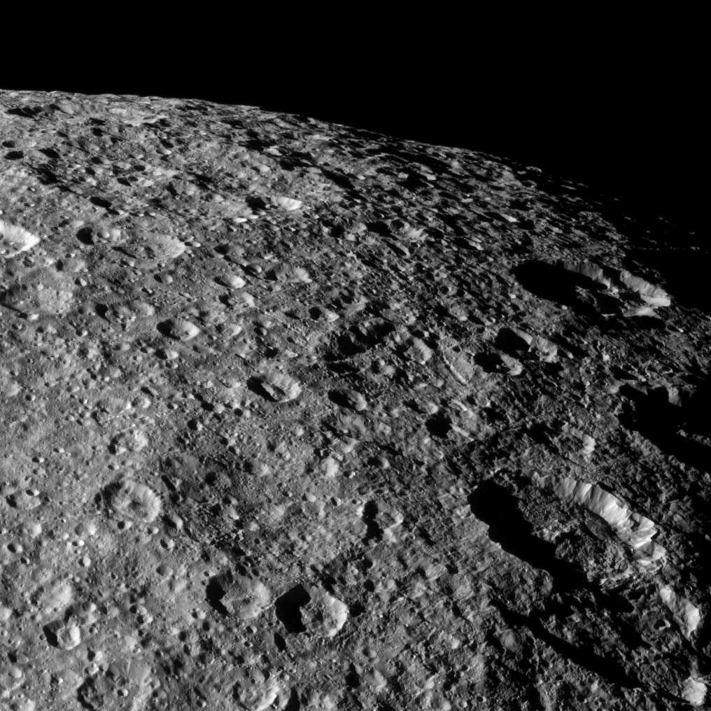 Cette image de Rhéa a été prise en 2012 lors d'un précédent survol de cette lune de Saturne par Cassini. La sonde était alors à environ 43.000 kilomètres de distance, et la résolution de l'image est de 252 m par pixel. © Nasa, JPL-Caltech, Space Science Institute