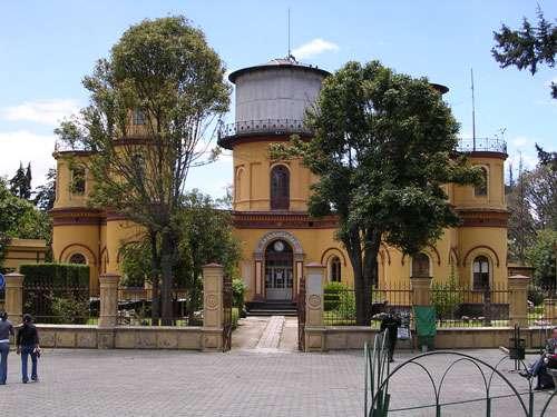 L'observatoire jésuite du XIXe siècle de Quito (Équateur). L'observatoire jésuite est situé dans le parc de la Alameda et il fut en 1873 le premier observatoire national sud-américain. Comme beaucoup de constructions de prestige des nouveaux États sud-américains nés au XIXe siècle, il est une copie d'un modèle européen, ici, l'observatoire de Bonn en Allemagne. Chassés par les Espagnols et les Portugais d'Amérique en 1767, les jésuites y retournèrent peu à peu quelques décennies après les indépendances, une fois tarie la vague anticléricale issue de la révolution de Bolivar qui assimilait l'Église à l'Espagne. Ils se consacrèrent à la formation des nouvelles élites, notamment par un enseignement scientifique nourri par leurs recherches en astronomie, météorologie et sismologie faites dans un réseau international d'observatoires. © Marc Figueras, Wikipédia CC