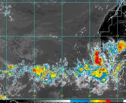 Pendant la saison des ouragans, des orages tels que ceux présents sur cette image Meteosat-8 se forment sur l'Afrique et voyagent vers l'ouest au-dessus de l'Atlantique, où certains deviennent des cyclones tropicaux. La campagne NAMMA de la NASA va étudier l'influence des conditions atmosphériques en Afrique sur la naissance d'ouragans dans l'Atlantique. © NOAA/Eumetsat
