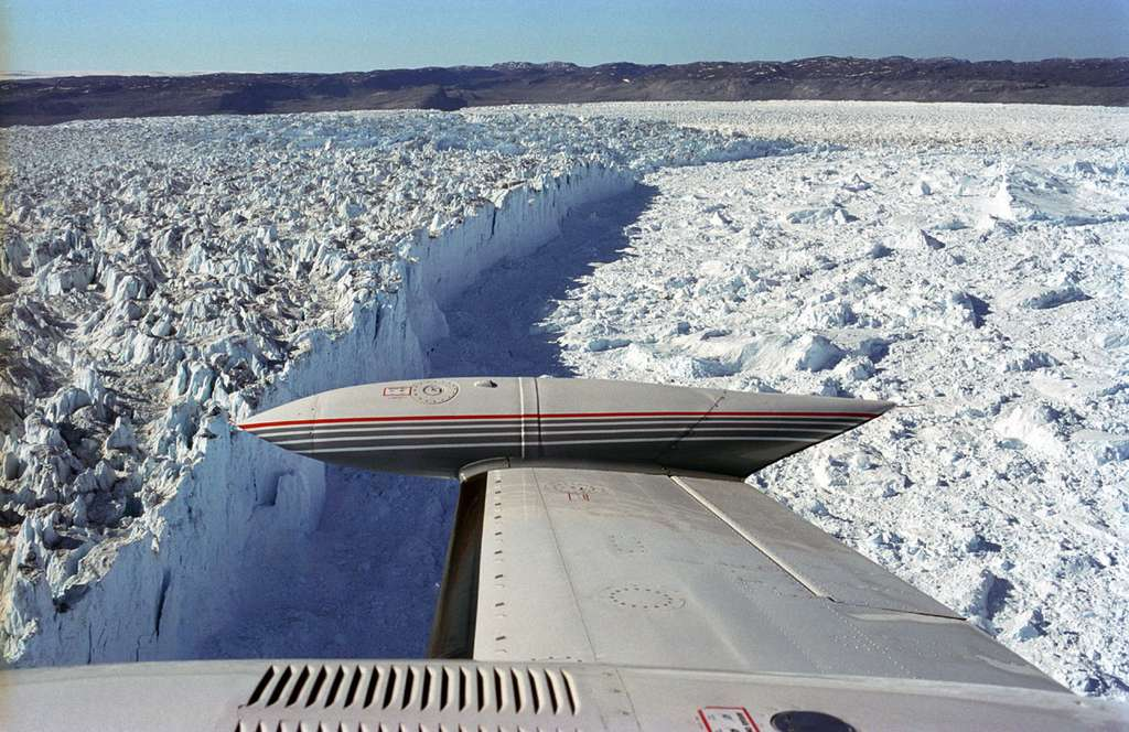 Au bout de la langue de glace se trouve le front du glacier Sermeq Kujalleq. Dans cette zone, le vêlage génère les icebergs, qui poursuivent leur chemin jusqu'à la ville d'Ilulissat. Certains blocs de glace s'y échoueront tandis que d'autres se retrouveront dans l'océan. © Algkalv, Wikipédia, DP