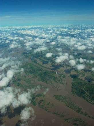 Problème de géologie pratique : comment mesurer la quantité et la qualité des sédiments organiques charriés par un fleuve tumultueux de dix kilomètres de large ? Ici, le Brahmapoutre, au Bangladesh. © C. France-Lanord / CNRS 2007