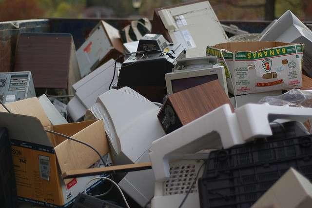 Exemple de déchets électroniques que l'on peut trouver dans une décharge. © kid_entropy, Flickr, cc by nc nd 2.0