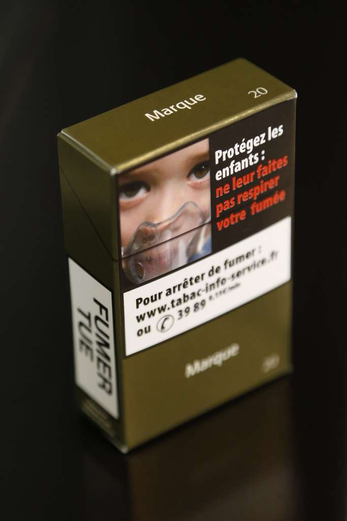 Le paquet neutre comporte des messages de prévention et le nom de la marque apparaît sans son logo. Les paquets « traditionnels » ne peuvent désormais plus être produits pour le marché français. © Thomas Samson, AFP Photo