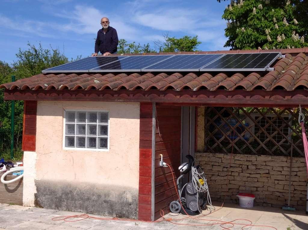 D'une puissance de 200 à 400 W, un kit de panneaux photovoltaïques permet d'alimenter les équipements qui sont raccordés en permanence au réseau électrique (électroménager, multimédia...). © Solarcoop