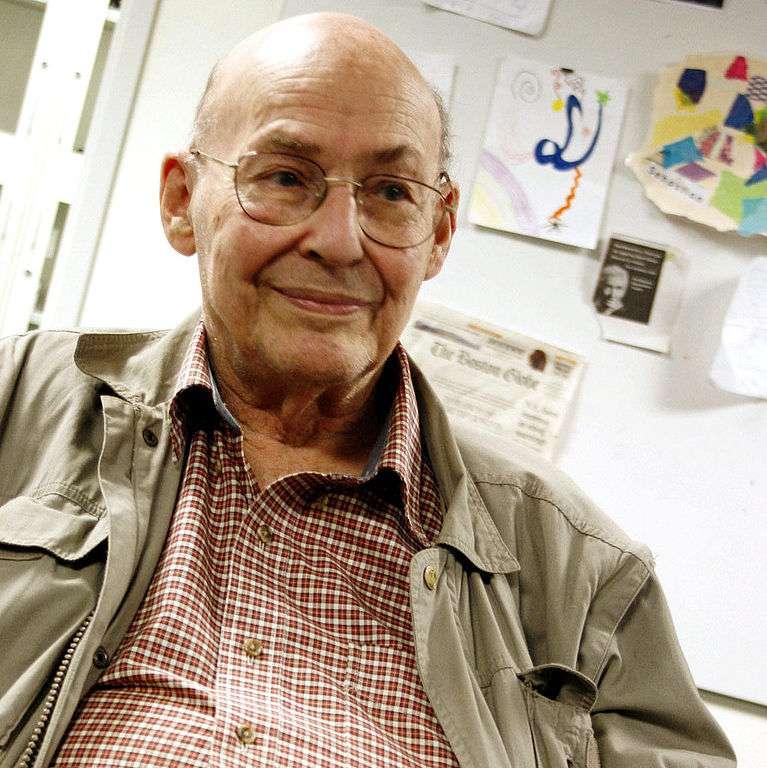 Marvin Minsky (1927-) est un mathématicien qui a apporté de nombreuses contributions à l'IA, la psychologie cognitive, les mathématiques, la linguistique computationnelle, la robotique et l'optique. Il a été un des pionniers des réseaux de neurones artificiels et son nom apparaît dans le célèbre ouvrage d'Arthur Clarke 2001, l'Odyssée de l'espace. Ses idées sur l'intelligence artificielle sont présentées dans deux ouvrages La machine à émotions et La société de l'esprit. © Bcjordan, Wikipédia, cc by 3.0