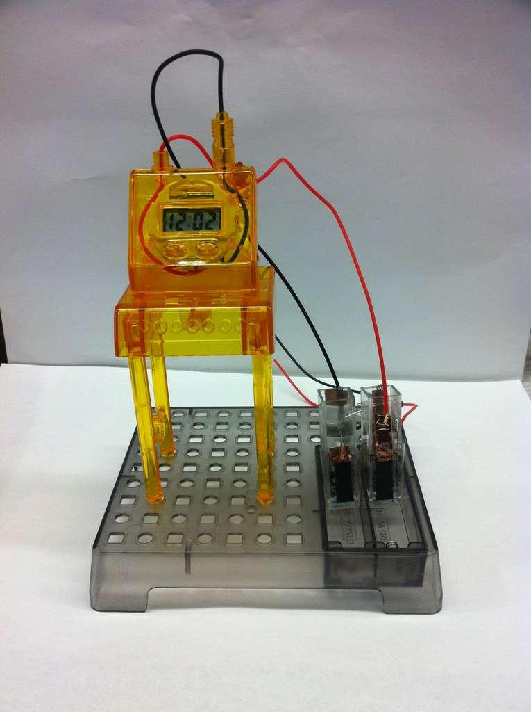 Pour fonctionner, la biobatterie utilise 13 enzymes spécifiques non immobilisées. Ci-dessus, deux de ces biobatteries montées en série alimentent une horloge numérique. © Virginia Tech