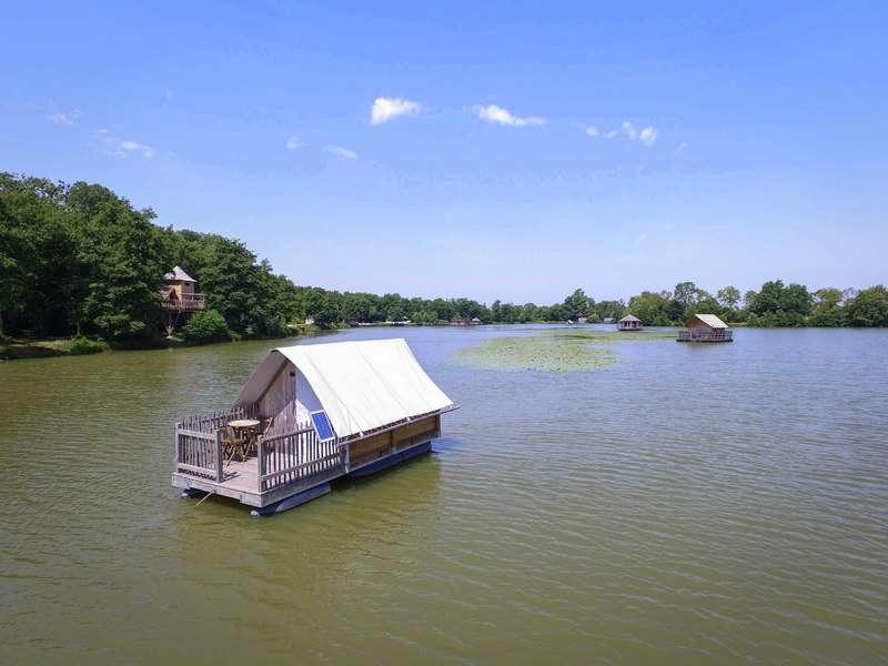 Les tentes flottantes du Domaine de la Dombes sont ancrées au fond d'un étang.© Domaine de la Dombes