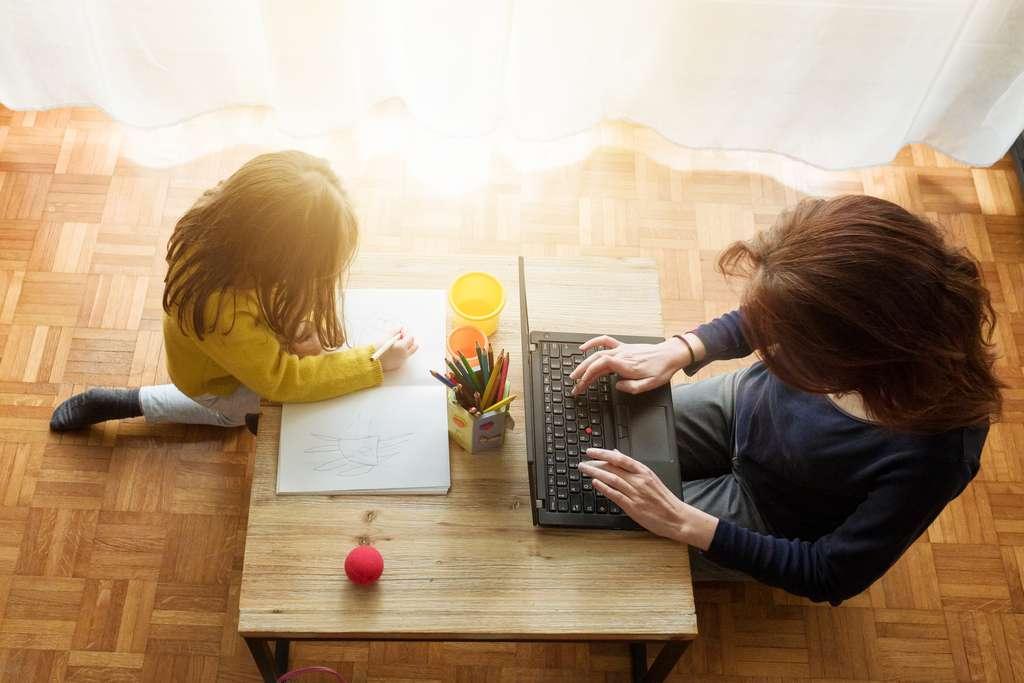 Garder ses enfants et travailler en même temps peut s'avérer compliqué. Il est possible d'obtenir un arrêt de travail indemnisé pour s'occuper de ses enfants de moins de 16 ans. © shocki, Adobe Stock