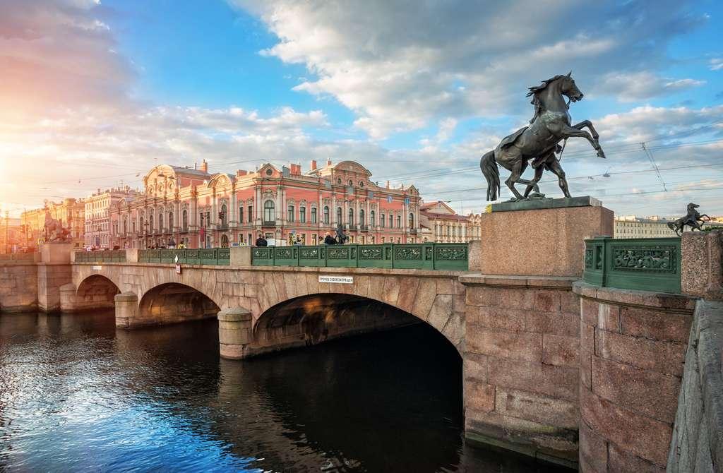 Le pont Anitchkov et ses chevaux enjambant la rivière Fontanka. Au second plan, le palais Stroganof. © yulenochekk, Fotolia