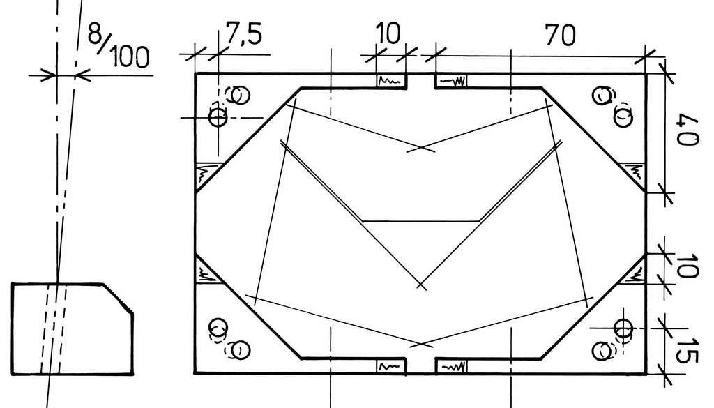 Découpe des fixations basses des tiges. Pour faciliter l'usage de la perceuse colonne, confectionner une cale avec des chutes de contreplaqué de 8 mm. © P. Strock.
