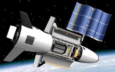 Bien difficile de dire si cette vue d'artiste d'un X-37B, panneaux solaires déployés, est fidèle à la réalité. © DR