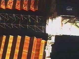 Tentative de rétraction des panneaux solaires de l'ISS. Crédit NASA.